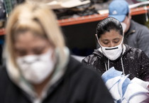 Mask production amid coronavirus pandemic in Los Angeles (ANSA)