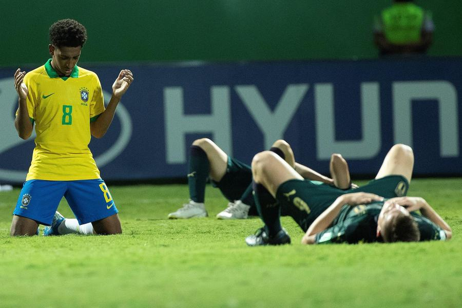 EPA07989649 TALLES COSTA (L) OF BRAZIL PRAYS AFTER DEFEATING ITALY DURING THE WORLD CUP U-17 QUARTER FINALS SOCCER MATCH BETWEEN BRAZIL AND ITALY, AT THE OLIMPICO STADIUM IN GOIANIA, BRAZIL, 11 NOVEMBER 2019.  EPA/JOEDSON ALVES © ANSA